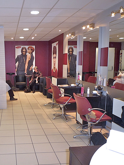 Photo decoration salon de coiffure id e for Salon de coiffure tchip